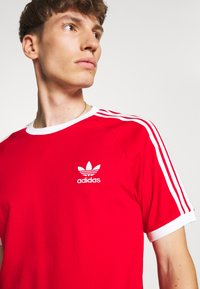 adidas Originals - 3 STRIPES TEE UNISEX - T-shirt imprimé - scarle - 3