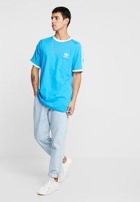adidas Originals - ADICOLOR 3STRIPES SHORT SLEEVE TEE - T-shirt imprimé - light blue - 1