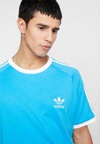 adidas Originals - ADICOLOR 3STRIPES SHORT SLEEVE TEE - T-shirt imprimé - light blue - 4