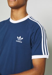 adidas Originals - ADICOLOR 3STRIPES SHORT SLEEVE TEE - Print T-shirt - dark blue - 7