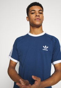 adidas Originals - ADICOLOR 3STRIPES SHORT SLEEVE TEE - Print T-shirt - dark blue - 3