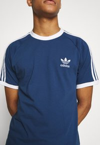 adidas Originals - ADICOLOR 3STRIPES SHORT SLEEVE TEE - Print T-shirt - dark blue - 4