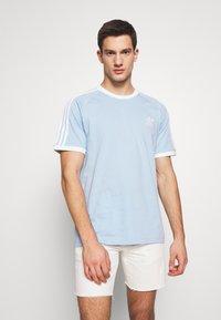 adidas Originals - ADICOLOR 3STRIPES SHORT SLEEVE TEE - Print T-shirt - clesky - 0