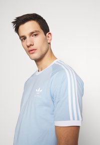 adidas Originals - ADICOLOR 3STRIPES SHORT SLEEVE TEE - Print T-shirt - clesky - 4