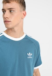 adidas Originals - 3 STRIPES TEE - T-shirts med print - blablu - 4