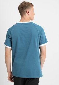 adidas Originals - 3 STRIPES TEE - T-shirts med print - blablu - 2