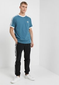 adidas Originals - 3 STRIPES TEE - T-shirts med print - blablu - 1