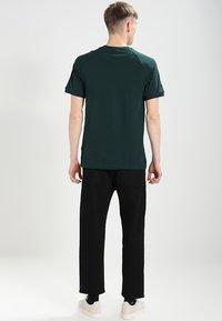 adidas Originals - 3 STRIPES TEE - T-shirt print - dark green - 2
