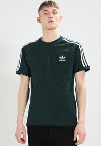 adidas Originals - 3 STRIPES TEE - T-shirt print - dark green - 0