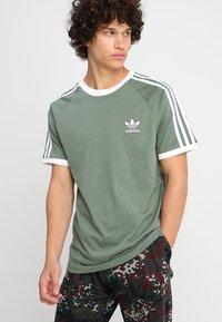 adidas Originals - ADICOLOR 3STRIPES SHORT SLEEVE TEE - T-shirt imprimé - green - 0