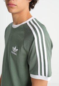 adidas Originals - ADICOLOR 3STRIPES SHORT SLEEVE TEE - T-shirt imprimé - green - 5