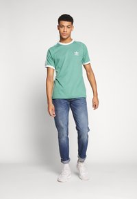 adidas Originals - ADICOLOR 3STRIPES SHORT SLEEVE TEE - Print T-shirt - green - 1