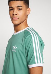 adidas Originals - ADICOLOR 3STRIPES SHORT SLEEVE TEE - Print T-shirt - green - 3