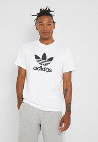 adidas Originals - ADICOLOR TREFOIL TEE - T-shirt imprimé - white - 0