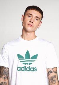 adidas Originals - ADICOLOR TREFOIL TEE - Camiseta estampada - white/mint - 5