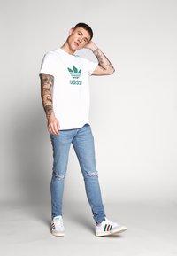 adidas Originals - TREFOIL  - T-shirt imprimé - white/mint - 1