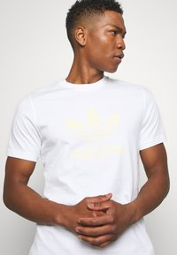 adidas Originals - TREFOIL  - Triko spotiskem - white - 3