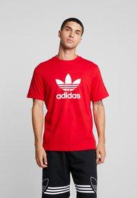 adidas Originals - ADICOLOR TREFOIL TEE - T-shirt imprimé - red/white - 0