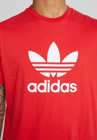 adidas Originals - TREFOIL  - T-shirt con stampa - lush red - 4