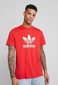 adidas Originals - TREFOIL  - T-shirt con stampa - lush red - 0