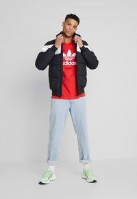 adidas Originals - TREFOIL  - T-shirt con stampa - lush red - 1