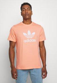 adidas Originals - TREFOIL  - Camiseta estampada - coral - 0