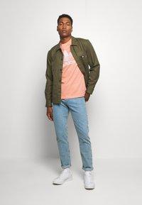 adidas Originals - TREFOIL  - Camiseta estampada - coral - 1