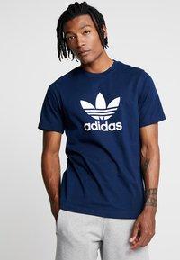adidas Originals - ADICOLOR TREFOIL TEE - T-shirt imprimé - collegiate navy - 0