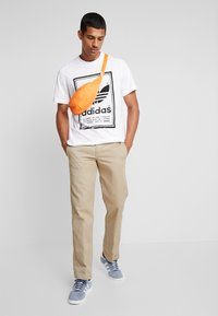 adidas Originals - VINTAGE LABEL GRAPHIC TEE - T-shirt print - white/black - 1