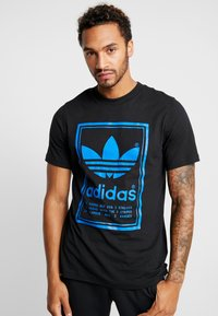 adidas Originals - VINTAGE LABEL GRAPHIC TEE - T-shirt print - black/bluebird - 0