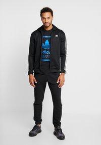 adidas Originals - VINTAGE LABEL GRAPHIC TEE - T-shirt print - black/bluebird - 1
