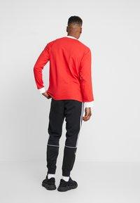 adidas Originals - 3 STRIPES UNISEX - T-shirt à manches longues - lush red - 2