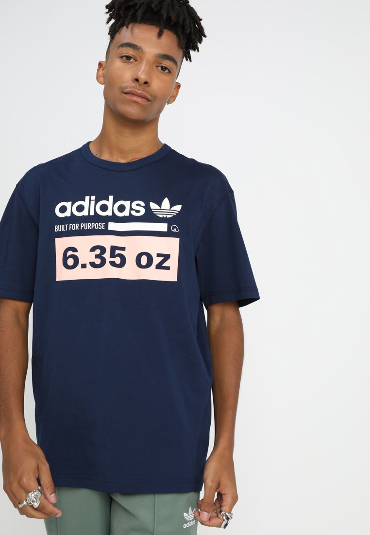 adidas Originals - KAVAL TEE - T-shirt print - conavy/hazcor