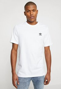adidas Originals - ADICOLOR ESSENTIAL TEE - T-shirt med print - white - 0