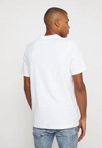 adidas Originals - ADICOLOR ESSENTIAL TEE - T-shirt med print - white - 2