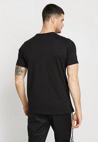 adidas Originals - ADICOLOR ESSENTIAL TEE - T-shirt z nadrukiem - black - 2