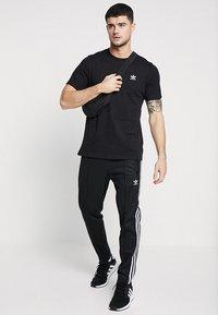 adidas Originals - ADICOLOR ESSENTIAL TEE - T-shirt z nadrukiem - black - 1