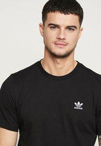 adidas Originals - ADICOLOR ESSENTIAL TEE - T-shirt z nadrukiem - black - 4