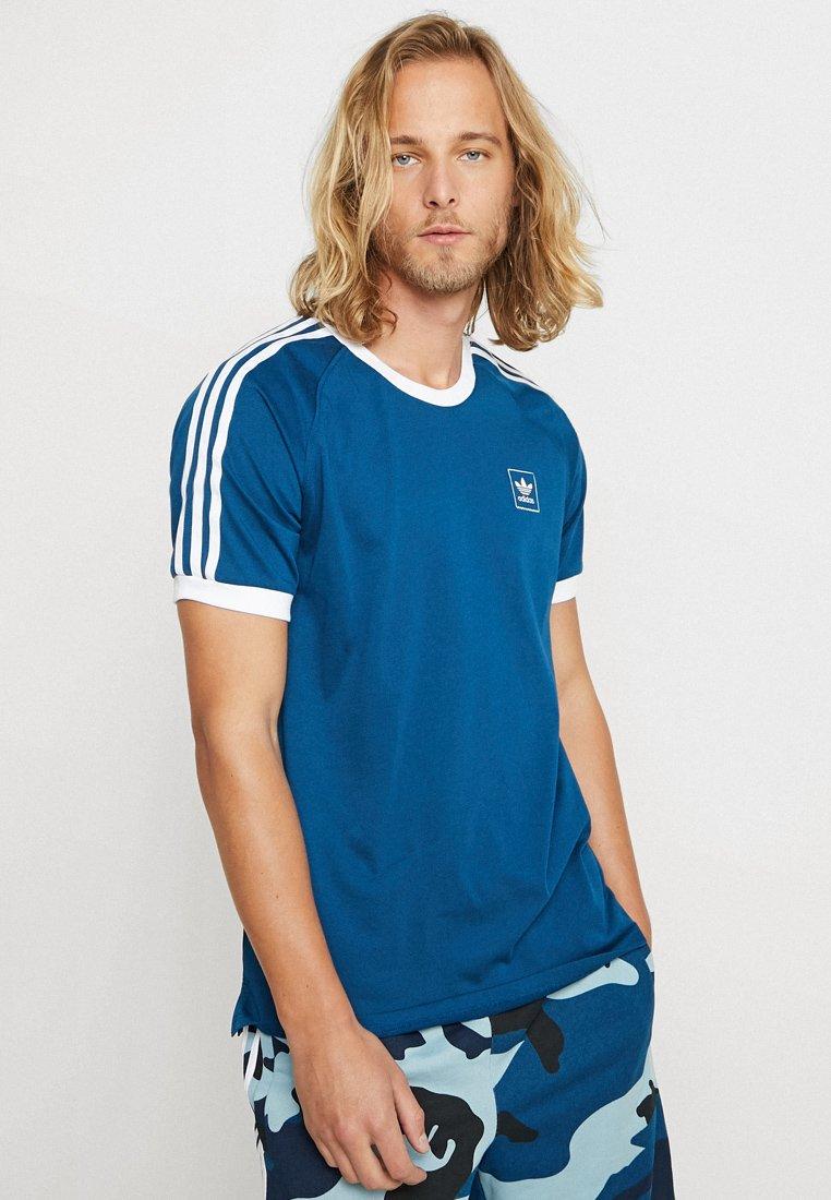 adidas Originals - CALI  - T-Shirt print - legmar/white