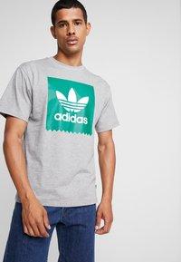 adidas Originals - SOLID - T-Shirt print - mottled grey/green - 0