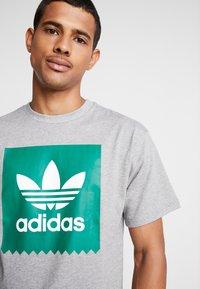 adidas Originals - SOLID - T-Shirt print - mottled grey/green - 4