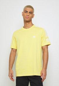 adidas Originals - TECH TEE - Camiseta estampada - yellow - 0