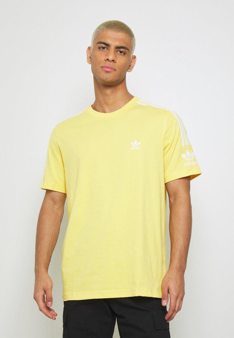 adidas Originals - TECH TEE - Camiseta estampada - yellow