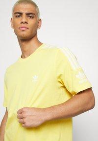 adidas Originals - TECH TEE - Camiseta estampada - yellow - 4