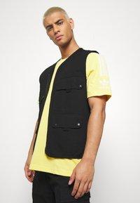 adidas Originals - TECH TEE - Camiseta estampada - yellow - 3