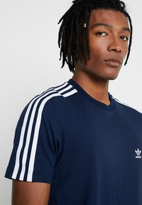 adidas Originals - TECH TEE - Print T-shirt - navy - 3