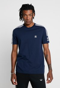 adidas Originals - TECH TEE - Print T-shirt - navy - 0