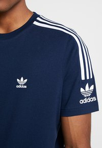 adidas Originals - TECH TEE - Print T-shirt - navy