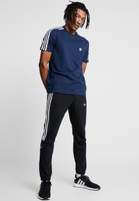 adidas Originals - TECH TEE - Print T-shirt - navy - 1