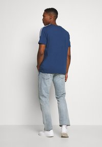 adidas Originals - TECH TEE - T-shirts med print - marine - 2